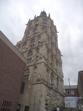 Budynek Ratusza jest bardzo zadbany i wygląda bardzo okazale. mimo zachmurzonego nieba .
