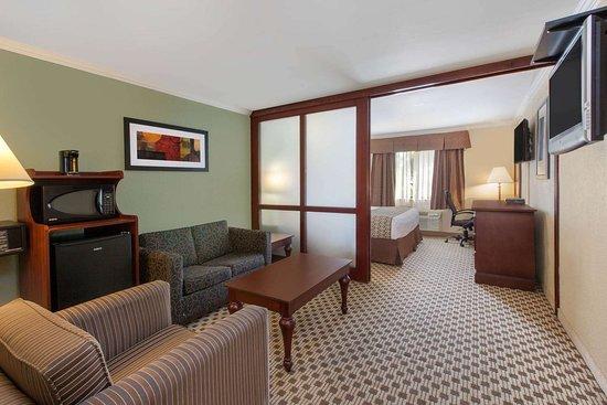 Pompton Plains, NJ: Suite