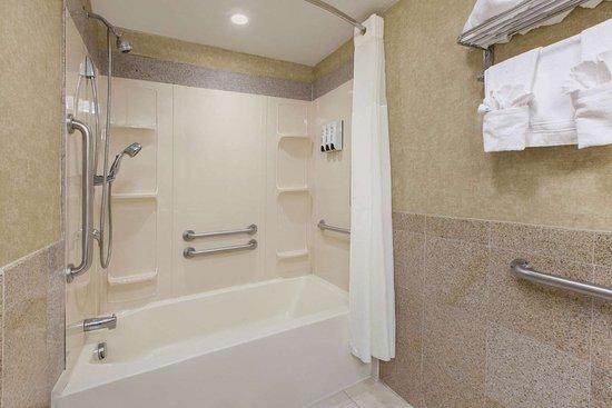 Pompton Plains, NJ: Guest room bath