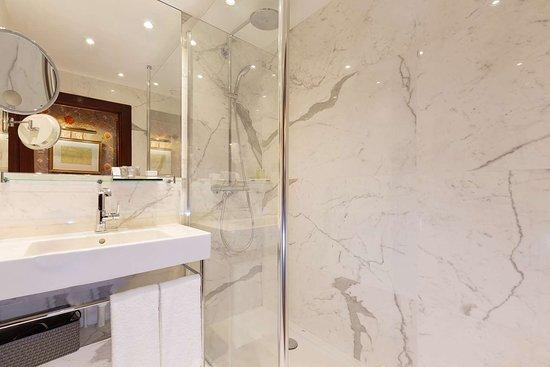 Deluxe Guest Room Bath