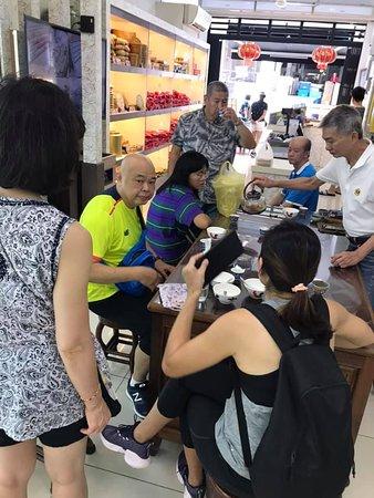 顾客前来德记燕窝专卖店享用燕窝养生,位于槟城乔治市的驰名江沙律。每天鲜炖的冰糖燕窝,燕窝是马来西亚的特产,来槟城吃碗燕窝,绝对可以以最公道的价格吃到品质最好的燕窝!