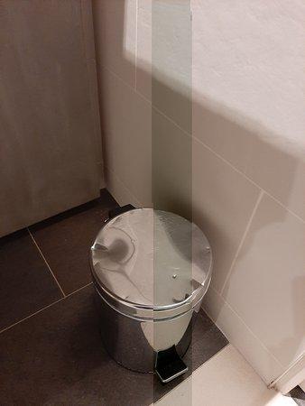 poubelle de salle de bains défoncée