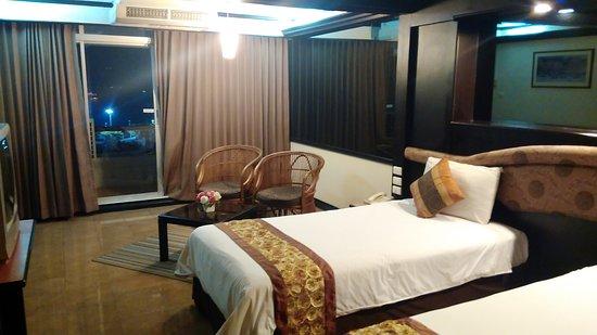 Большая просторная комната с двумя отдельными кроватями