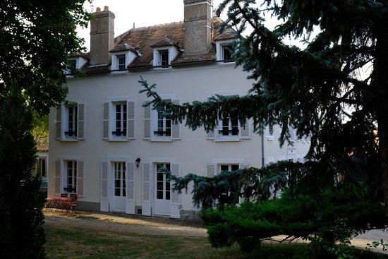Villeblevin, France: Chateau aus Gartensicht