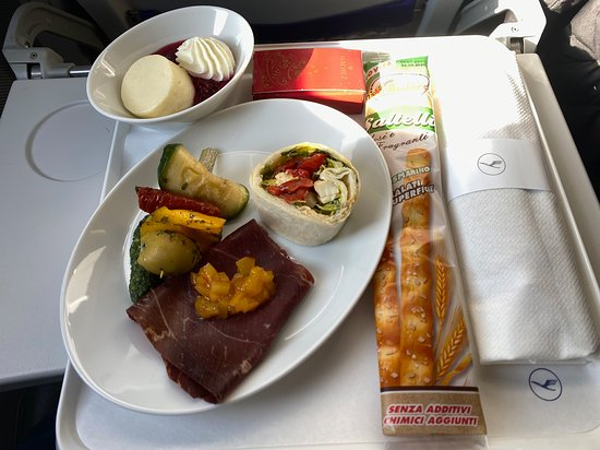 Lufthansa: Un beau plateau avec du gout surprenant sur un vol aussi court.