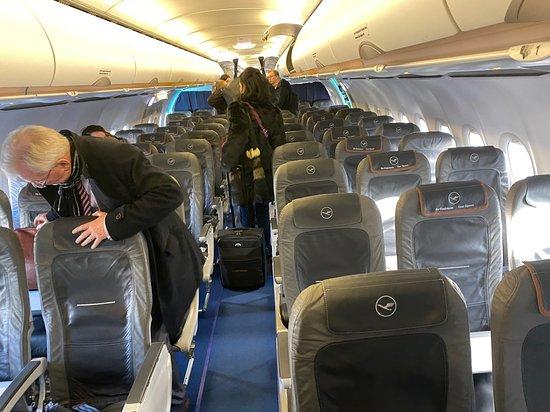 Lufthansa: 10 rangs de business pour un petit vol. Aspect assez premium, tons sobres, siège en simili cuir agréable.