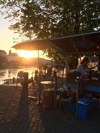 Romantische Sommer-Abendstimmung am Kaffee Mobil am Rhein. Du kannst bei uns auch dein Feierabendbierchen trinken ;)