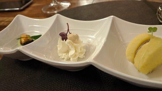 Da sinistra: Cozza con crema di asparagi, spuma di caprino al lime con nocciola, Ringo di polenta e patè di fegatini.