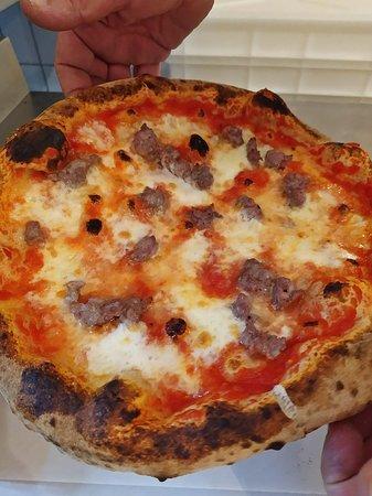 Pizza con Salsiccia appena sfornata