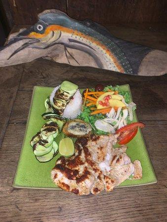Assiette du menu à 12€ du jour: Salade composée, Poulet façon tandoori au Garam Massala Riz thaï et courgettes rotîes