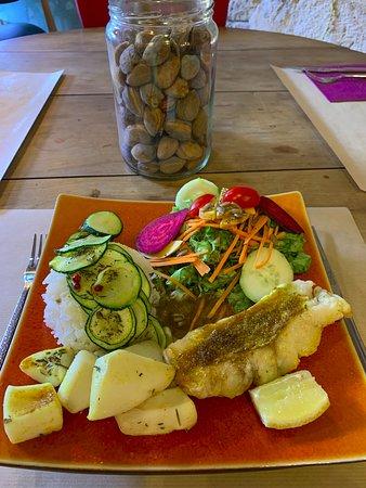 Assiette du menu à 12€ du jour: Salade composée, Calamars et Cabillaud sauce curry Riz thaï et corgettes rotîes