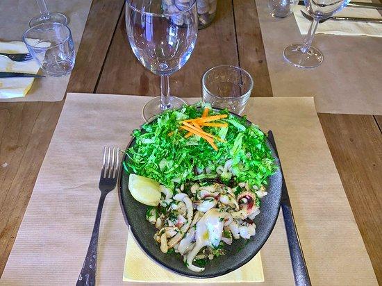 Sauté de poulpe à la viet-naigrette Nouilles de riz, wakame, champignons noir et salade