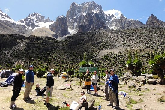 Viagem diurna ao Monte Quênia saindo...