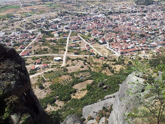 Meteora, Yunanistan: A view of the monasteries hanging in meteor