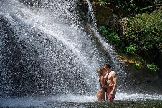 Gå tur og bade i regnskogsfossen