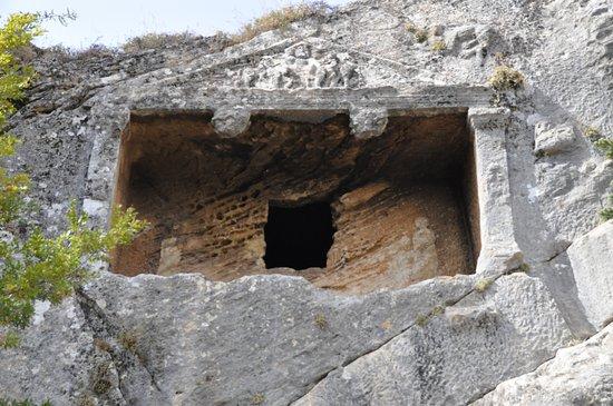 Karaman Province, Turquía: Karaman'ın Sarıveliler ilçesine bağlı Göktepe beldesindeki tarihi Köristan Örenyeri  Medusa figürleri bulunan kaya mezarları.  Üçgen kaya mezarları Pharax (Fariske) Köristanı