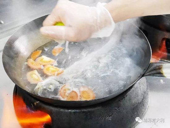 Preparazione brodo speciale di pesce