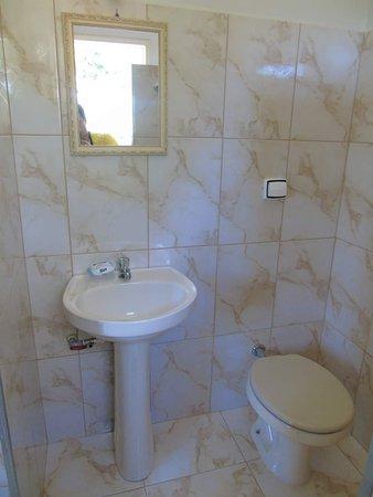 Banheiros iguais para todas as suítes.