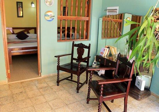 Тринидад, Куба: El Hostal La Esmeralda es una hermosa casa colonial ubicada en el corazón del Centro Histórico de la Ciudad de Trinidad. En ella se rentan 4 amplias habitaciones climatizadas, además con grandes ventanas, que permiten una perfecta ventilación natural. Cada habitación tiene un baño independiente, con suministro permanente de agua fría y caliente, provistos de todo lo necesario para la higiene personal como toallas, papel higiénico, jabón y champú. Tres de las habitaciones se encuentran en el prim
