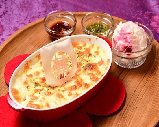 アジアンチキングラタン Asian Chicken Gratin ¥1,230 手作りのクリーミーでコクのあるホワイトソースで作ったグラタンは、ホタテが隠し味。中華料理でおなじみのクワイが入っているのがROUROU風。クリーミーで優しい味わいが人気です。お好みでオリジナルパクチーソースをかけてお召し上がりください。セットでドリンクも付けられます。 Gratin made with handmade rich and creamy white sauce with a hint of our clam secret ingredient. With arrowhead which is well-known in Chinese cuisine, Rourou-style. Popular for its creamy and mild taste. Enjoy it with our original coriander sauce. It includes a drink.