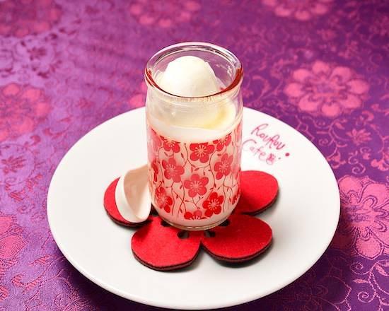 杏仁プリン(オリジナル瓶入り) Almond Jelly Pudding (Served in Original Jar)   ¥620 たっぷり生クリームを使って作った自家製杏仁プリンです。濃厚でクリーミーな味わいはクセになる?! Homemade almond jelly pudding made with lots of fresh cream. Addictive with rich and creamy taste.