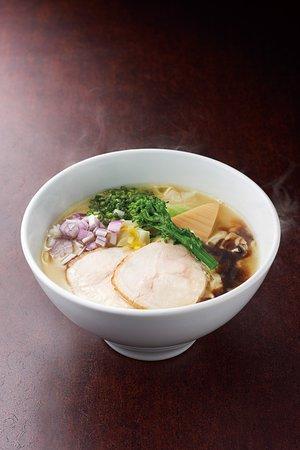博多極上鶏白湯ソバ じっくり炊き込んだ鶏白湯スープに華味鳥特製の水炊きスープをブレンド。とろーりスープに鶏の旨みが凝縮された鶏ソバ華味鳥ならではのラーメン。