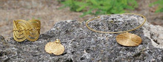 Accessori unici in golden grass: ecologici, anallergici, leggeri da indossare e resistenti all'acqua.