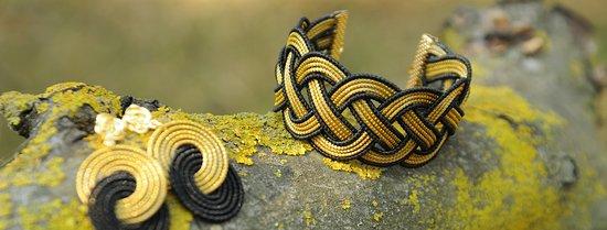 Questi sono il bracciale e gli orecchini della Collezione  Raphaèle, dal design classico che ricerca un richiamo alla formalità antica. Disponibile anche in altre colorazioni.