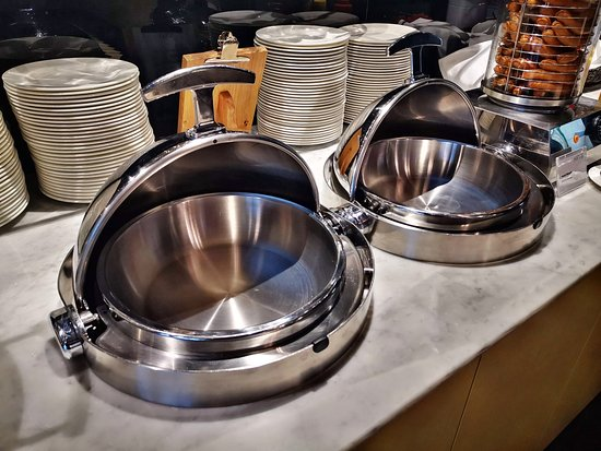 British Airways: Empty chafing dishes are not what one expect to look at it in the business lounge