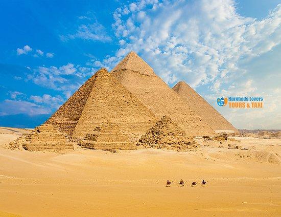 Kairo, Egypten: أهرامات الجيزة معلومات واسراء بناء الاهرامات المصرية الثلاثة اهم الأماكن السياحية في مصر – رحلات الغردقة https://hurghadalovers.com/giza-pyramids/