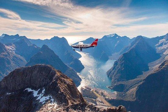 从皇后镇乘坐飞机,游轮和喷射船探险的米尔福德峡湾之旅