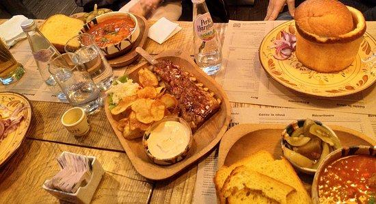 Masa plina de bunătăți - Photo de La Ceaun - Piata Sfatului, Brasov -  Tripadvisor