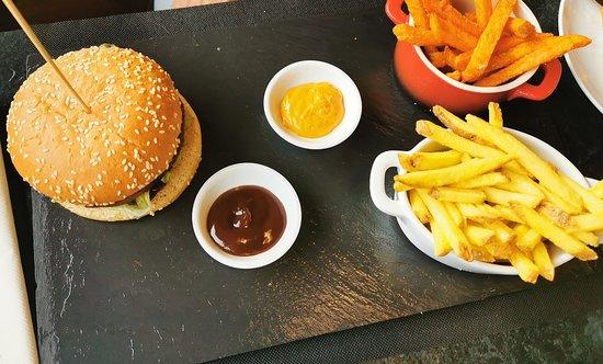 Hamburger végétarien avec frites de pommes de terre et patates douces -  Picture of Restaurant du Palladium, Champery - Tripadvisor