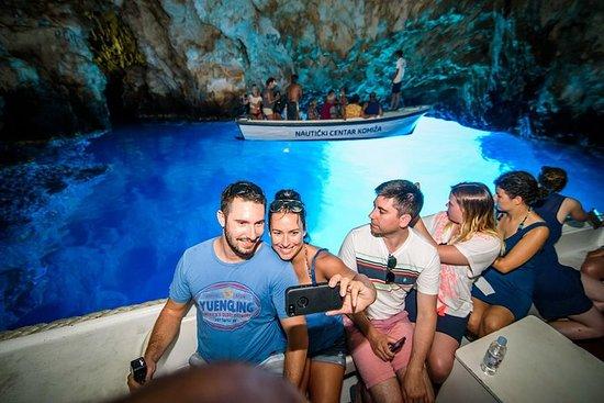 SplitまたはTrogirからのフワール島とブルー・ケイブツアー