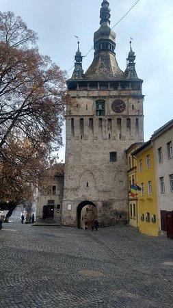 Loja logo abaixo da torre do relógio