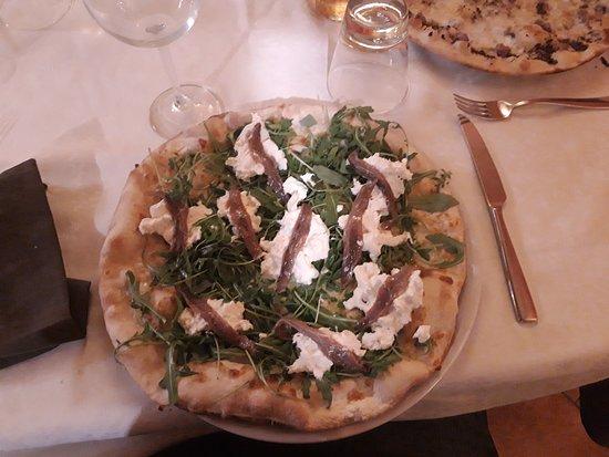 Serra de' Conti, Italia: Pizza Cantabrico con acciughe del Cantabrico, burrata e rucola