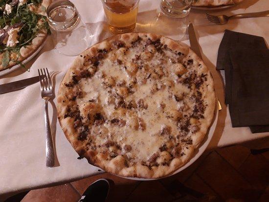 Serra de' Conti, Italia: Pizza Tartufo : con salsiccia, mozzarella, crema tartufata
