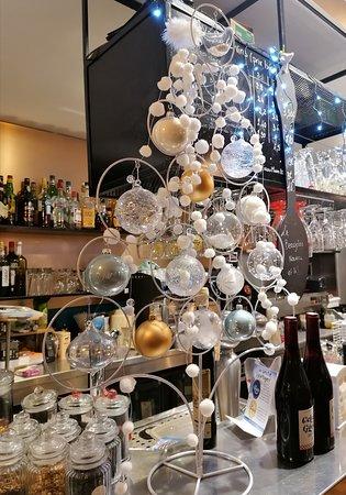Décoration de Noël avec le sapin dressé sur le bar