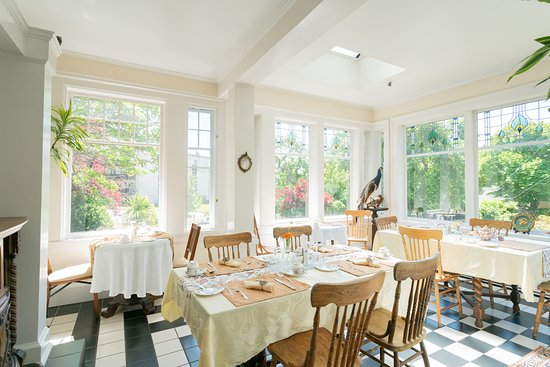 Front Dinning room with morning sunlight~