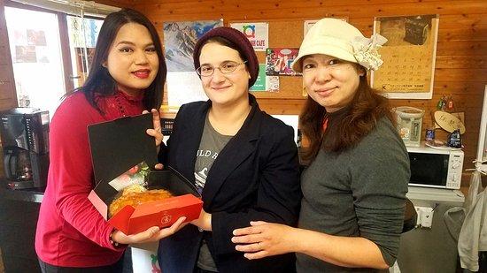 外国の「感謝の日」のイベントで、私たちは生徒と一緒にアップルパイを食べ楽しみました。