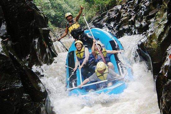 Rafting e cachoeira no rio Melangit...