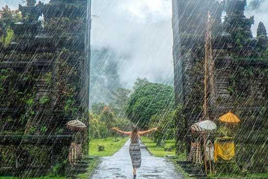 巴厘岛汉达拉门和瓦纳吉里山与Banyumala瀑布