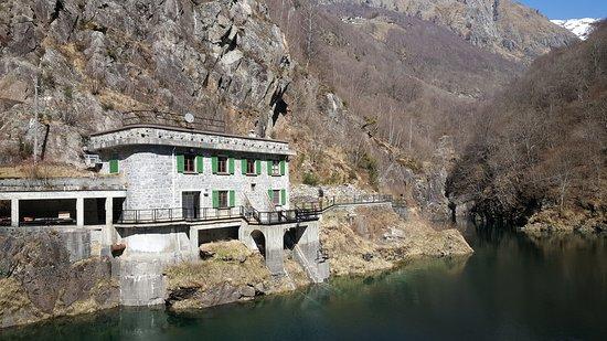 Diga di Moledana in Val dei Ratti sopra Verceia. Da qui inizia il famoso Sentiero del Tracciolino che porta fino a Codera.