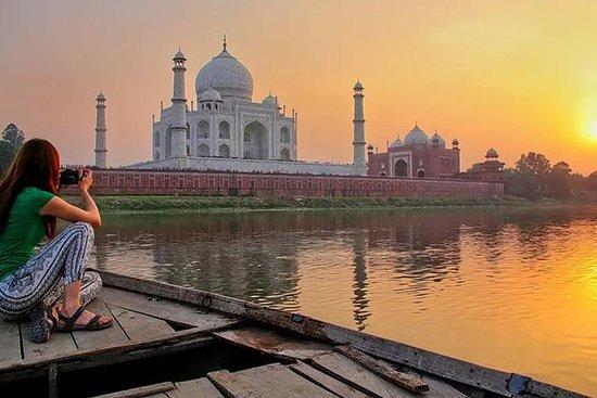 从德里的日出泰姬陵游览乘汽车与早餐,午餐