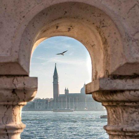 Venice, Italy: Cosa c'è di meglio di un posticino con una vista del genere... ah ma prima o poi la trovo e ci andrò pure a mangiare :)