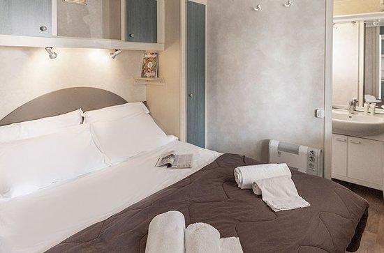 Chalet, 4/5 Ospiti. Camera Matrimoniale con bagno privato e doccia.
