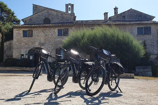 Discover the Luberon with our Guide for Half a Day in Electric Bikes
