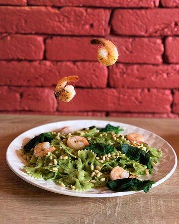 Одно из любимых блюд постоянных клиентов - паста с креветками и соусом песто.