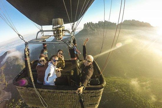 バルセロナからのモンセラート熱気球体験と修道院ガイド付き訪問
