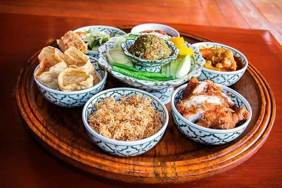 チェンマイの伝統的なカントーク料理のディナーとショー